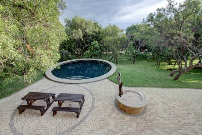 ![House with swimming pool