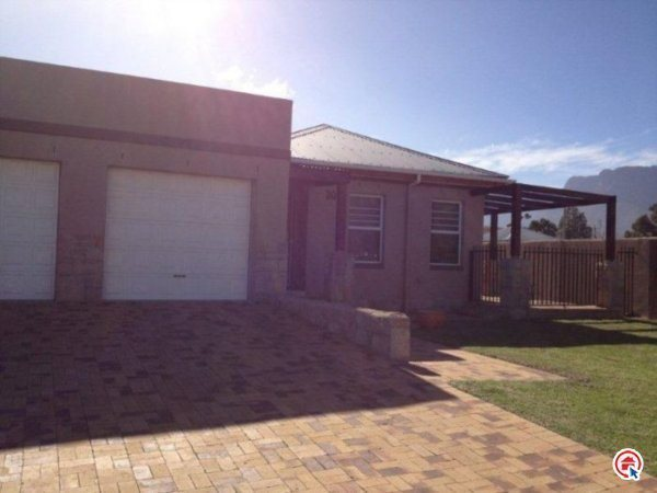 3 Bedroom house in Sir Lowrys Pass